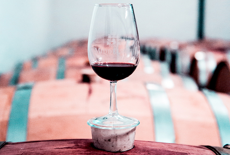 Mariniranje wine-glass-on-a-barrel-by Arthur Brognoli on Pexels